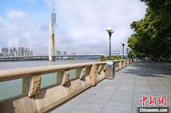 广州市珠江沿岸防洪护栏加装双层钢化玻璃,提高堤顶高度。 广州市水务局 供图