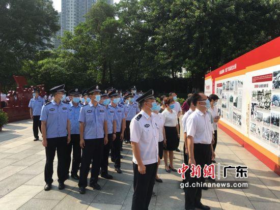 广州边检民警、小学师生向抗日阵亡将士敬献花篮。张瑞供图