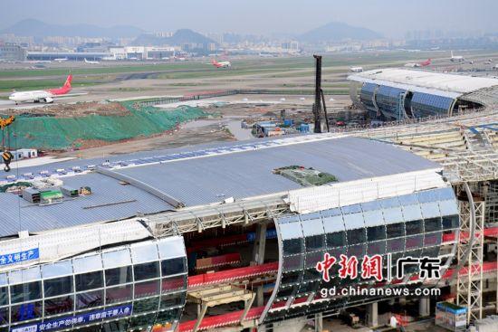 正在建设的深圳机场卫星厅项目(局部)。(摄影:陈文)