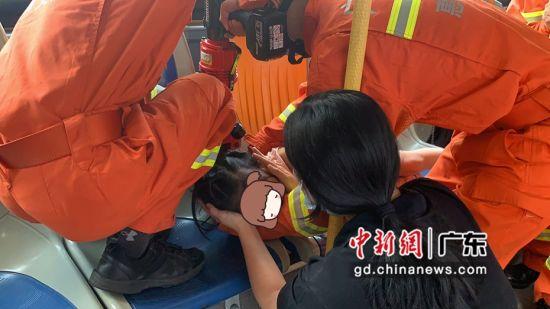一女孩手被公交车座椅卡住 广东惠州消防鼎力相救
