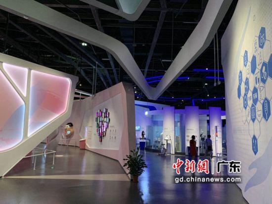 市民在参观广东省食品药品科普体验馆。 袁玲 摄