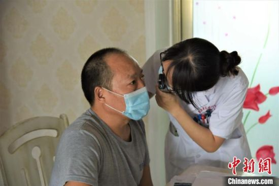 广东援疆医疗队专门派了援疆眼科医生为她父亲看诊,并提供了全面的治疗方案。图为援疆医生上门为陈璐父亲看诊。 吉秋霞 摄