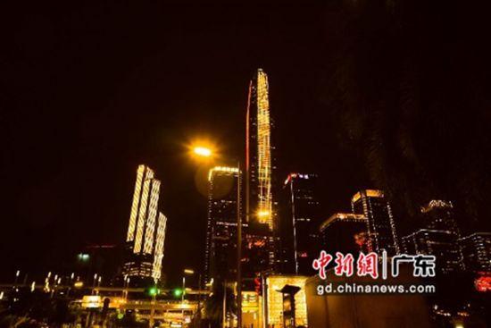 图为亮起金色灯光的深圳平安国际金融中心。 艾伦 摄