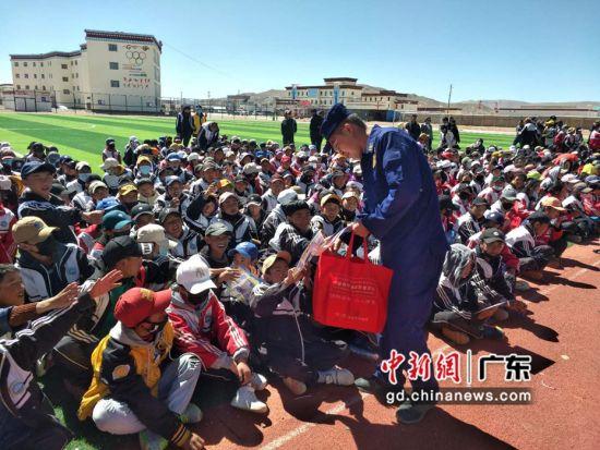 广东省消防总队支援西藏干部在藏区学校作消防安全知识宣传(资料图)。 广东省消防救援总队 供图