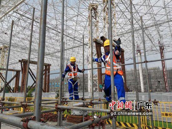 南航GAMECO飞机维修设施三期工程项目,工人现场展示施工技术、工艺 。作者:郭军