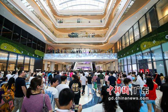 广州第二大单体购物中心悦汇城开业吸引众多市民前往体验、购物。作者:郭军