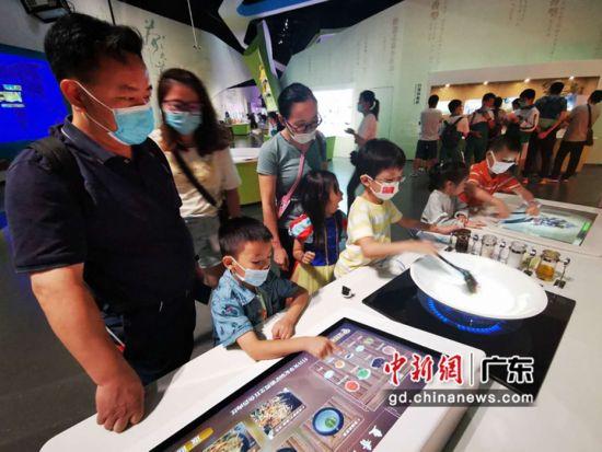 游客排队参与食品药品主题科普体验。 广东科学中心 供图