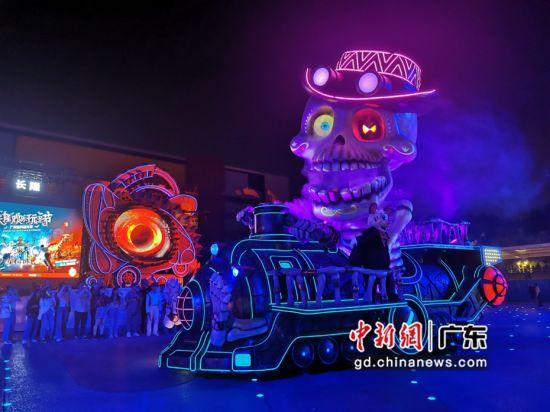"""广州长隆欢乐世界10月9日开启持续23天""""玩圣节"""",重金引进的欧洲12种巨型花车出巡。少佳供图"""