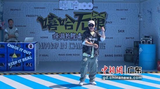 """中国街舞世界冠军""""阿牙""""(周任勋)倾情出演炫酷街舞。邓媛雯摄"""