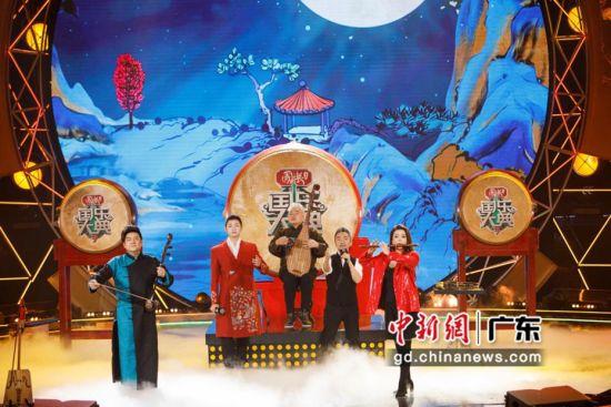 5位国乐大师演奏演唱《国乐大典》第三季节目主题曲《天籁合鸣》。广东卫视 供图