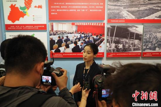 汕头开埠文化陈列馆讲解员黄少彦接受采访。柯小军 摄