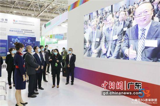 中国移动通信集团有限公司副总裁简勤参观展厅。 中移动供图
