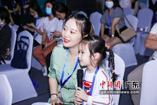 """5G全息投影直播课现场,小朋友向老师扮演的""""苏东坡""""提问。图片来源:卓越教育"""