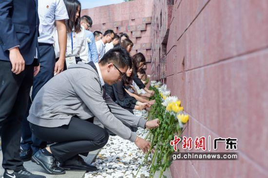 与会者向公安英烈敬献鲜花。韦昌鸿 摄