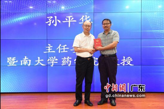 广东省生物医学工程学会理事长王一飞为分会主任委员孙平华教授颁发聘书。 刘雷 摄