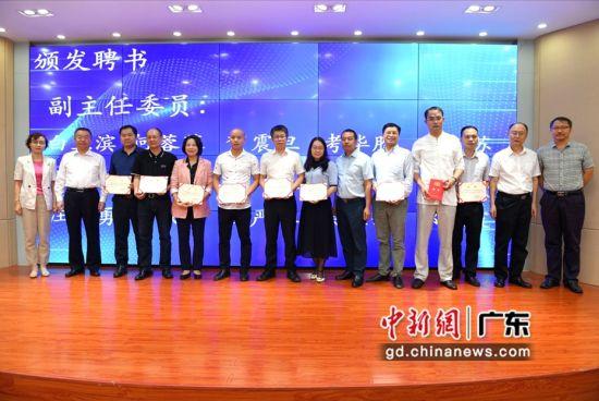 分会副主任委员获颁聘书。 刘雷 摄