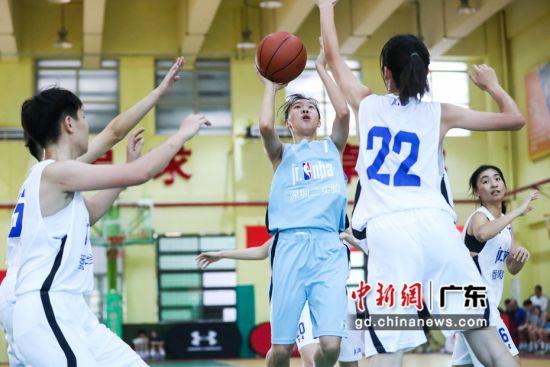 深圳二实验学校与番禺中学女篮在决赛中。(主办方供图)