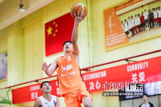 深圳二实验学校男篮队员突破上篮。(主办方供图)
