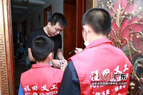 """图为志愿者们在小区内开展""""防高坠•促安全""""宣传。深圳福田区 供图"""