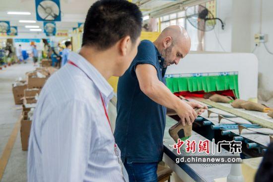 图为广东惠东制鞋企业为海外客商介绍产品 惠东县委宣传部供图