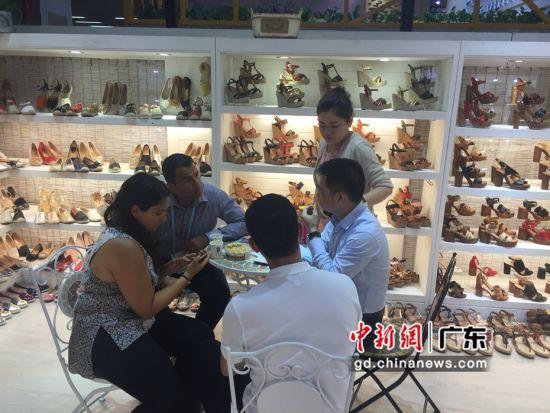 图为广东惠东制鞋企业为海外客商介绍产品 惠东县委宣传部供
