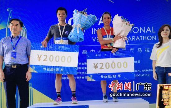 图为2020平安金融中心国际垂直马拉松大师赛专业男子组、专业女子组冠军。(组委会 供图)