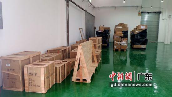 10月28日,速卖通大件商品零售出口集货仓内等待海关查验的大件货物商品,包括大床、沙发等。许青青 摄