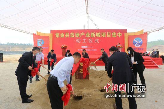 图为广东紫金县蓝塘产业新城总投资140多亿元的首批项目集中动工活动现场 黄从�{ 摄