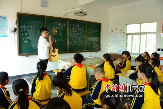 税友集团志愿者一行给学生上课。温竹兰摄影