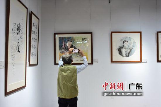 """市民参观""""致敬最美逆行者""""抗疫艺术作品展览。作者:陈楚红"""