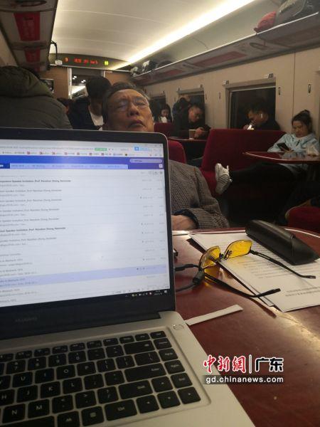 钟南山在赶往武汉的高铁餐车上 苏越明供图