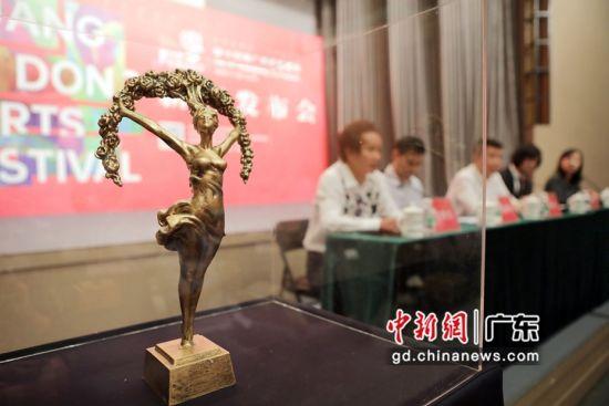 """许鸿飞为艺术节全新打造的以""""文艺女神""""为主体的奖杯。吴少彬 摄"""