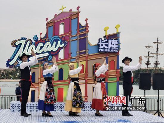 一群热情洋溢的青年舞者正在跳着葡国土风舞。 邓媛雯摄