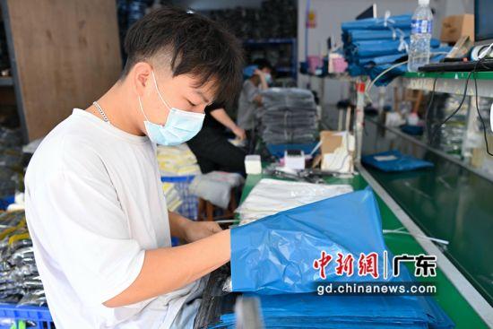 村内一仓库工作人员打包商品。 陈骥�F 摄