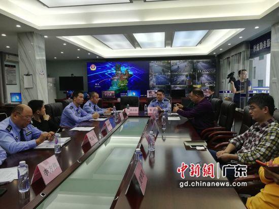 图为惠州公安局惠阳分局公安干警向媒体介绍该局破小案工作情况。严初摄