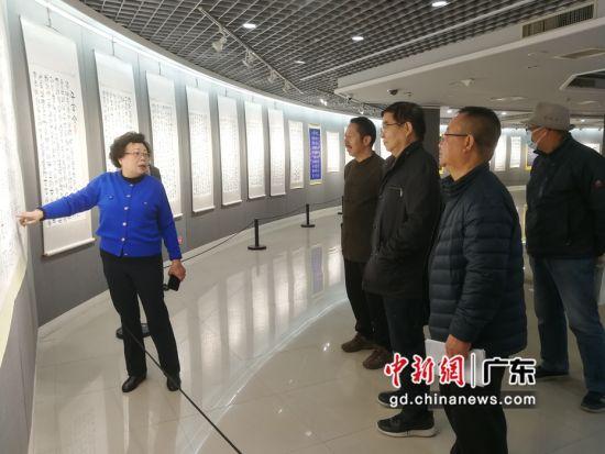 王荣宝向观众介绍作品创作。 主办方供图