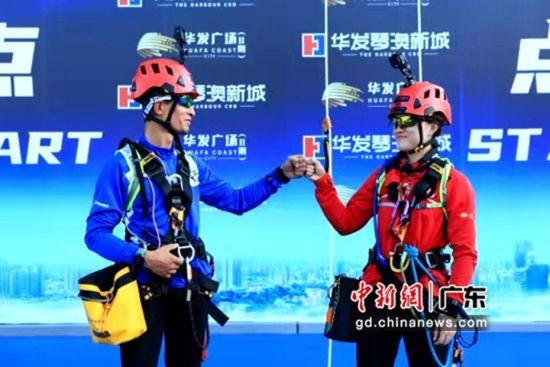 挑战选手顺利登顶后相互祝贺。王远远摄