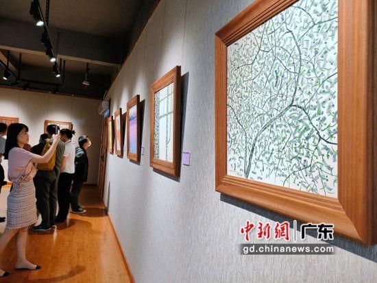 中国建筑陶瓷博物馆携手东莞可园博物馆共同举办的《莞香花开》陶瓷雕刻印象画展在广东东莞开展。图为展出作品展现岭南建筑艺术文化新发展 郭建华 摄
