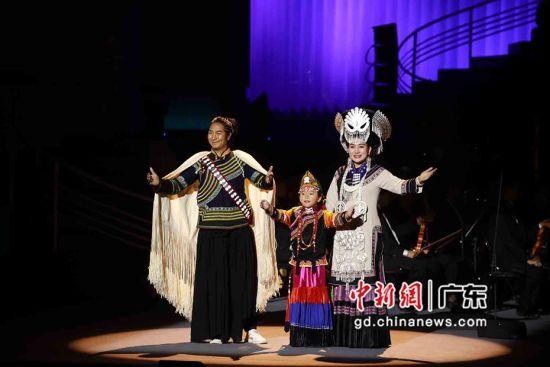 凉山彝族青年歌唱家和小歌手献唱彝族歌曲。佛山市委宣传部 供图