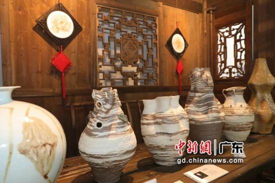 """""""突破•界限――中国当代艺术陶瓷展""""近日在广州开幕。黄伟哲 摄"""