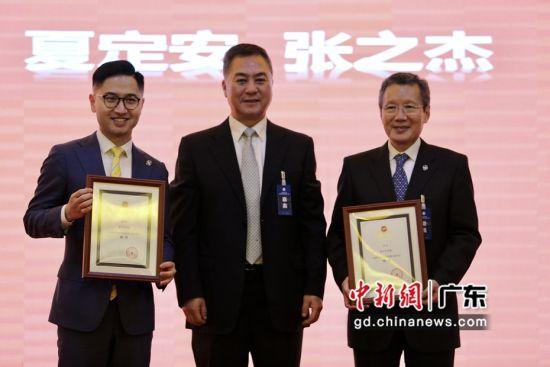 中国马术协会速度赛马委员会26日成立。图为颁发中国马术协会速度赛马委员会顾问证书。郭军摄影