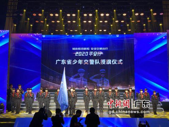 广东省少年交警队授旗仪式。方伟彬摄影。