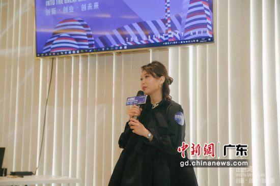 珠海海外妇女委员会主席邱美宁在分享其创业历程。珠海海外妇女委员会供图