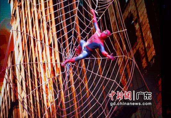 杂技高手化身蜘蛛侠。广东卫视 供图