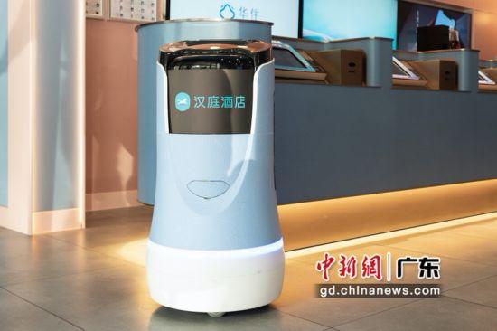 酒店内的24小时服务智能机器人。陈骥�F 摄