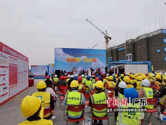 """广东工人艺术团慰问演出走进""""天空之城""""。作者:霍嘉琪"""