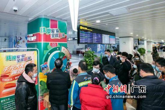 """外地旅客飞抵珠海就可参与""""珠澳爱@你全程游礼""""活动赢取奖品。陆绍龙摄"""