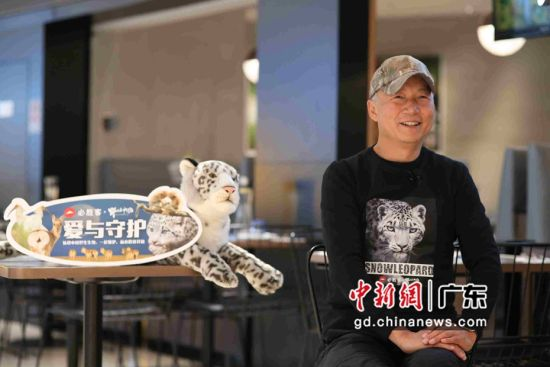 """著名野生动物摄影师,""""野性中国""""创始人奚志农。谢金水供图"""