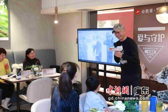 奚志农向亲子家庭介绍摄影作品。谢金水供图
