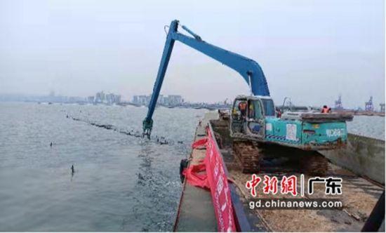 广东省海洋综合执法总队组织联合行动清理定置网。粤海综供图